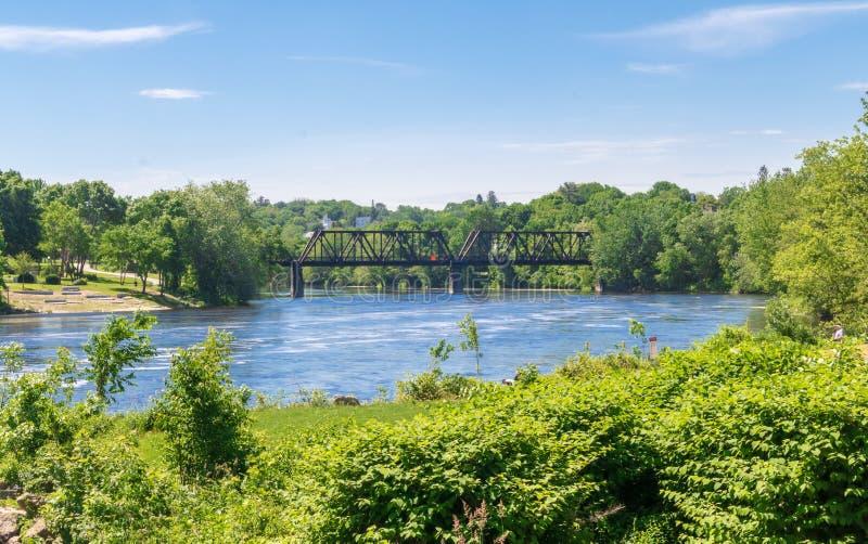 Järnvägbro över den Androscoggin floden arkivbild