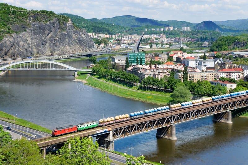 Järnvägbro över Elbe River, Usti nad Labem, Tjeckien royaltyfria foton