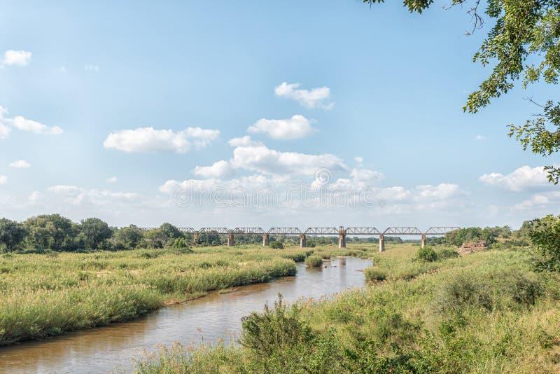 Järnvägbro över Sabie River på Skukuza arkivfoto