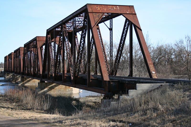 Järnvägbro som väntar på det nästa drevet royaltyfri fotografi