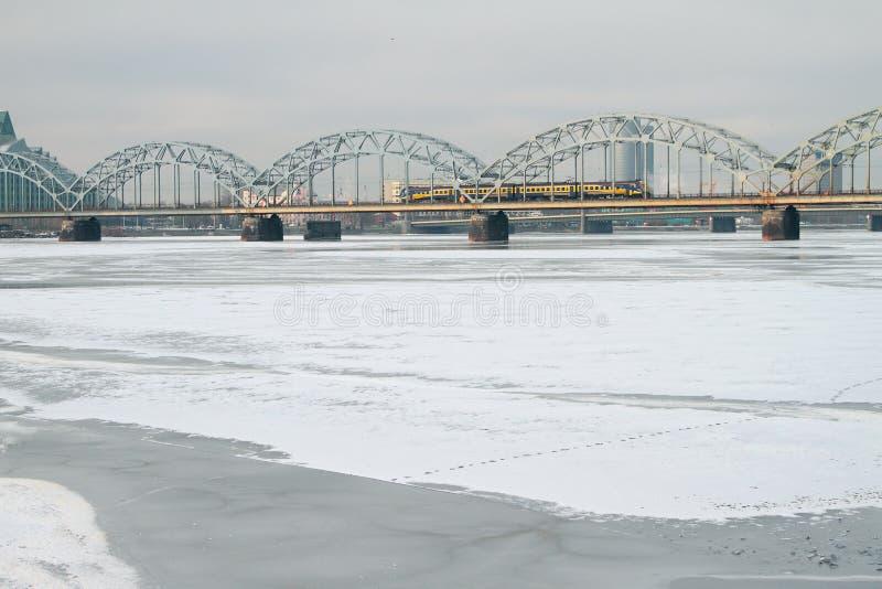 Järnvägbro till och med Daugava latvia riga arkivfoto