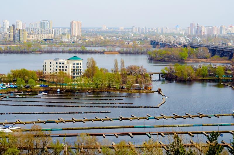 Järnvägen överbryggar över den Dnepr floden Kiev Ukraina royaltyfria foton