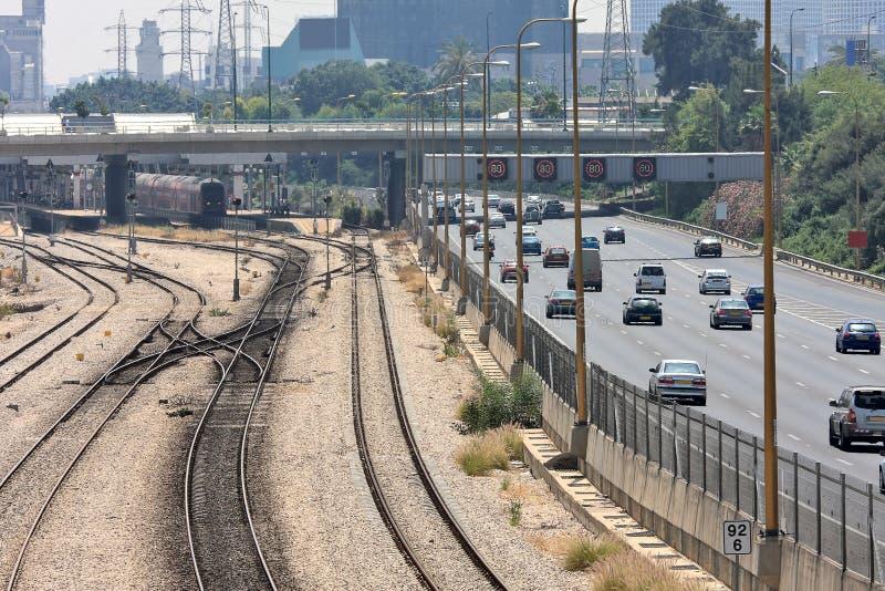 Järnvägar och huvudväg i Tel Aviv, Israel. royaltyfria foton