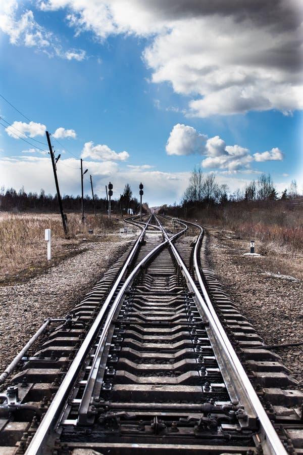 Järnvägföreningspunktpunkt och den blåa himlen arkivfoto