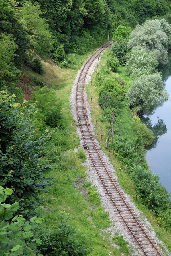 Järnvägkurva nära Ozalj, Kroatien royaltyfria bilder