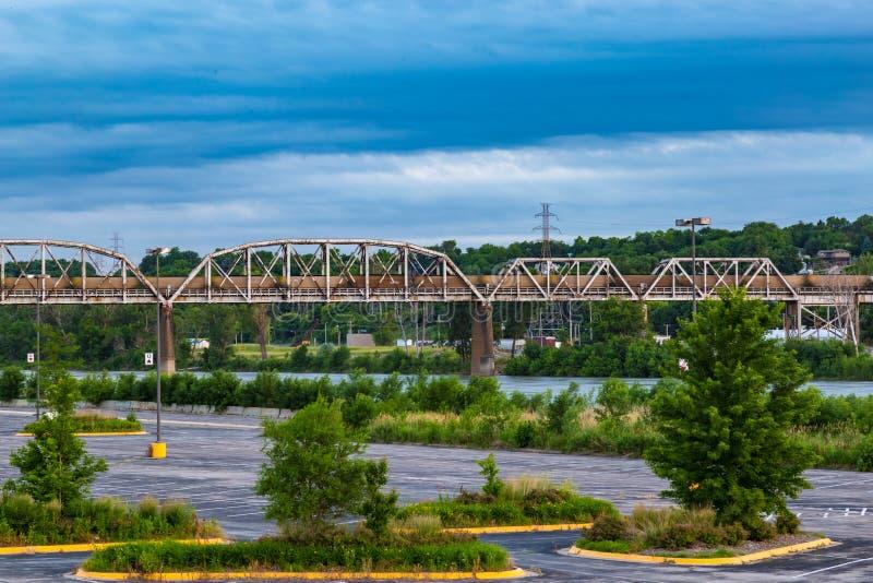 Järnväglinje över floden Missouri royaltyfria bilder