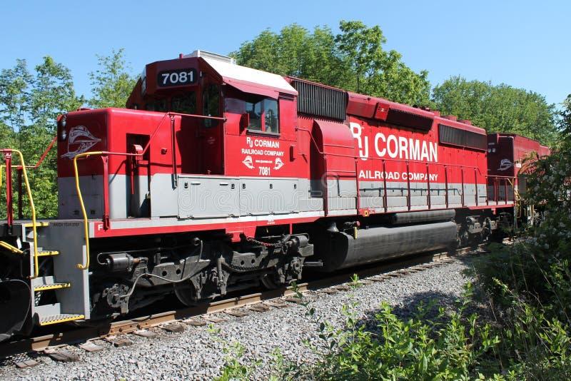 Järnväglokomotiv 7081 för RJ Corman på ett drev royaltyfri foto