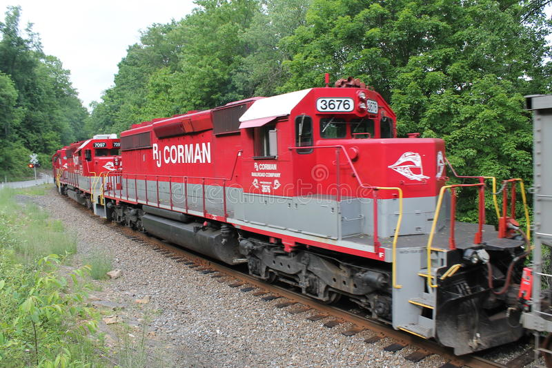 Järnväglokomotiv 3676 för RJ Corman på ett drev royaltyfria foton