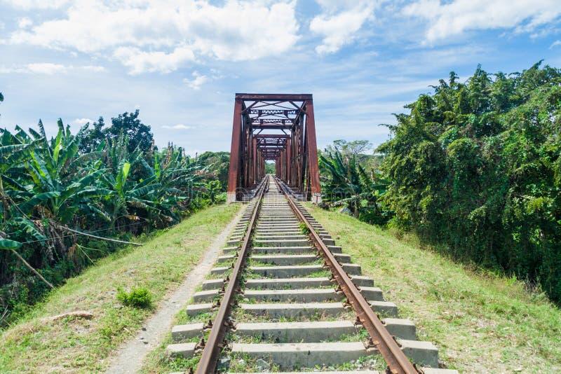 Järnvägsbro över den Ay floden i den Valle de los Ingenios dalen nära Trinidad, Cu arkivfoton