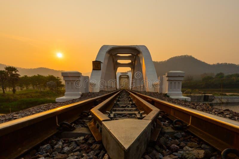 Järnvägsbro i Lamphun på soluppgång Gränsmärke i Lamphun Provin fotografering för bildbyråer