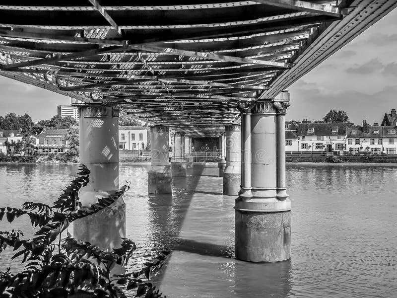 Järnvägsbro på flodThemsen arkivfoton