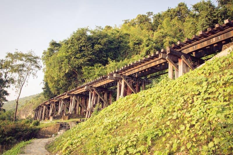 Järnvägsbrokanchanaburi thailand royaltyfria bilder