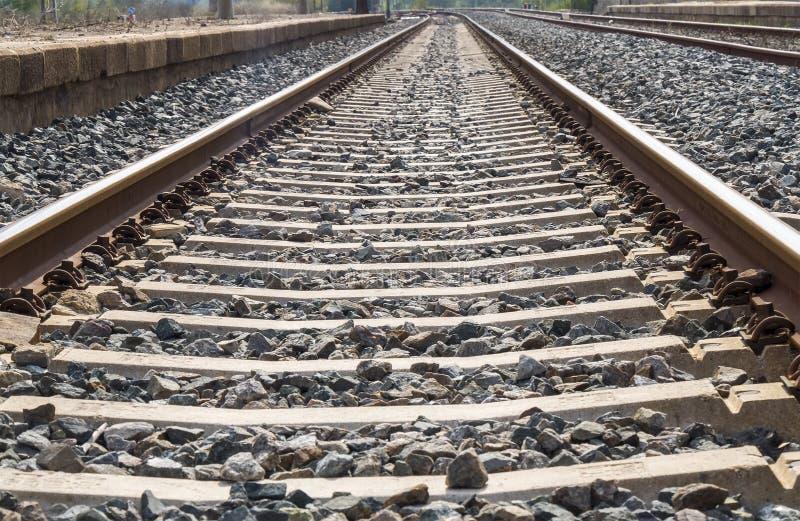Järnvägsiktsbortgång till och med stationen royaltyfria bilder