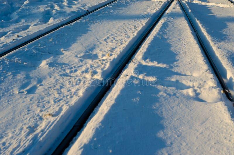 Järnvägspår i en snö arkivbild