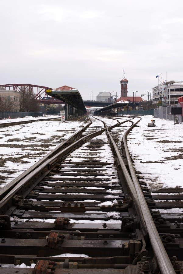 Järnvägspår i snö på järnvägsstation i Portland Oregon arkivfoto