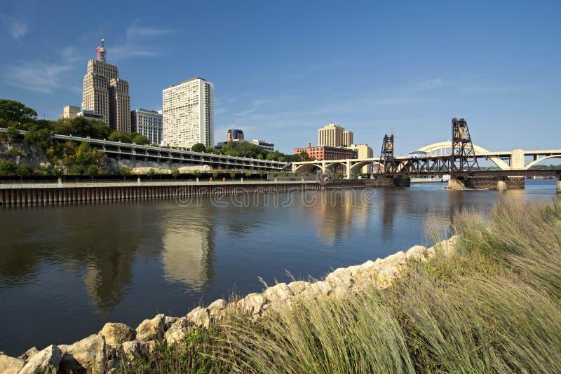 Järnvägspår och Robert Street Bridge. I stadens centrum Saint Paul, Minnesota royaltyfria bilder