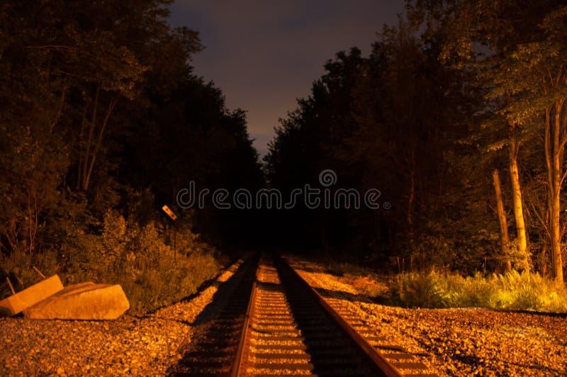 Järnvägspår på natten arkivbild