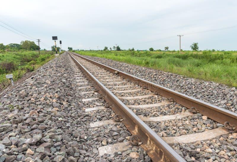 Download Järnvägspår Som Rakt Till Leder Från Vänstert Arkivfoto - Bild av horisont, vänstert: 76702024