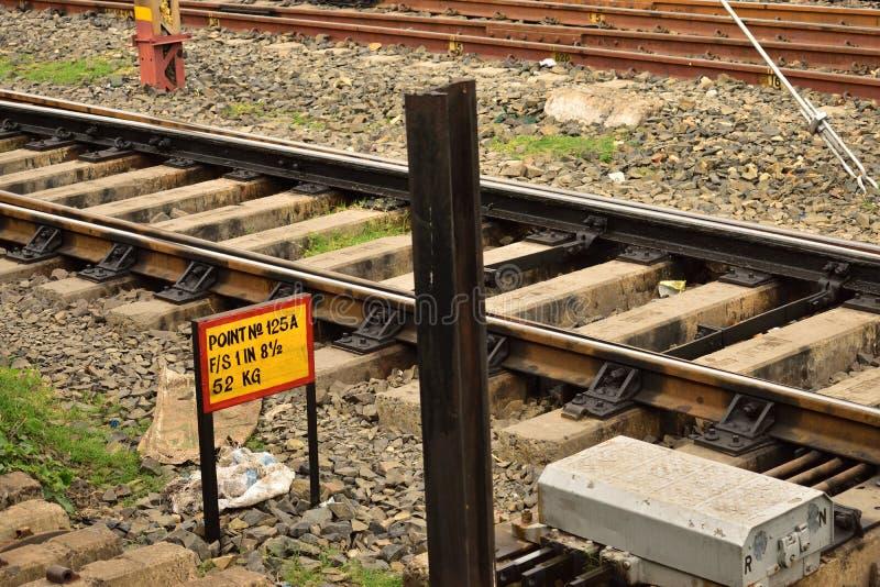 Järnvägsspår ligger bredvid en punktsignal av den indiska järnvägen fotografering för bildbyråer