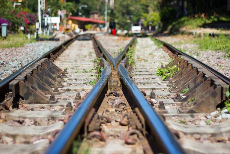 Järnvägsspår linje korsning järnvägsspår på stenen royaltyfri foto