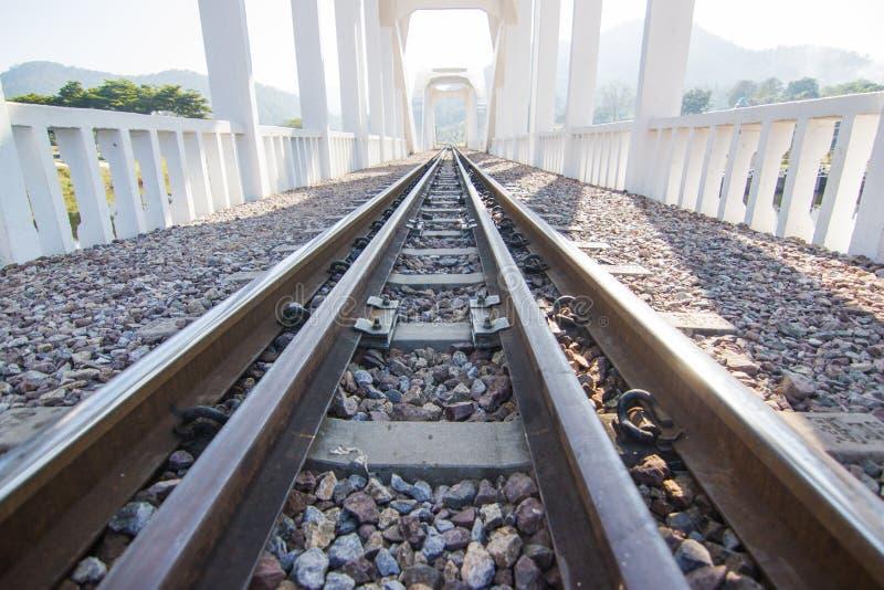 Järnvägsspår linje korsning järnvägsspår på stenen arkivfoto