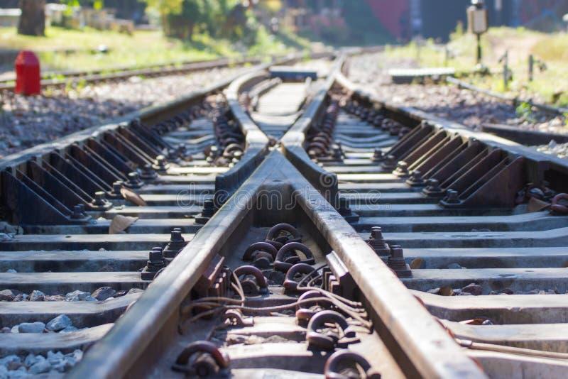 Järnvägsspår linje korsning järnvägsspår på stenen arkivbild