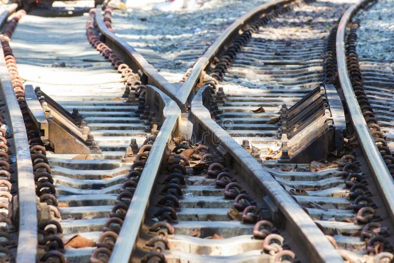 Järnvägsspår linje korsning järnvägsspår på stenen arkivbilder
