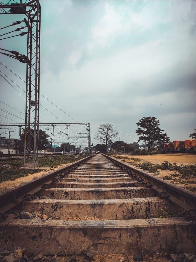 Järnvägsspår med härlig bakgrund och blå himmel arkivfoton