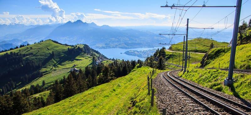 Järnvägsspår ner Rigi Kulm royaltyfria bilder