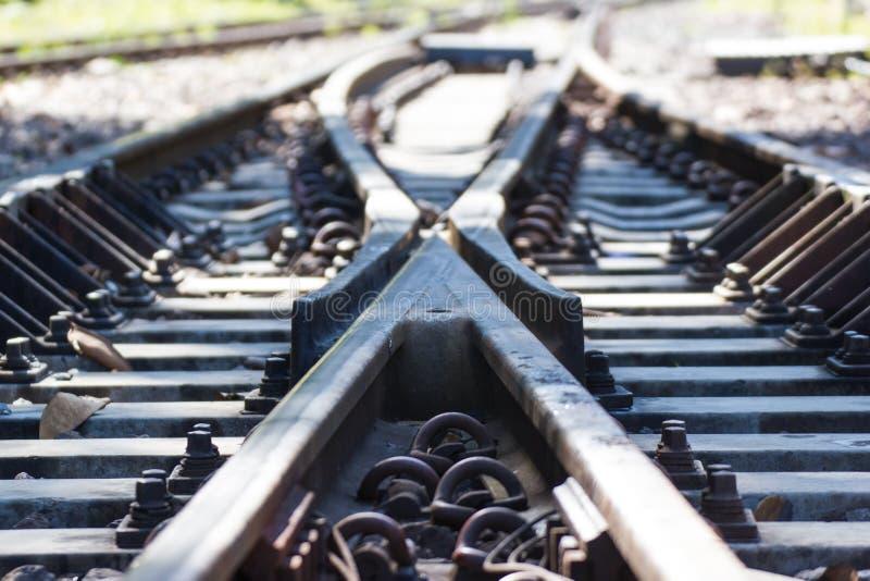 Järnvägsspår och korsa den framåt järnvägen arkivbild