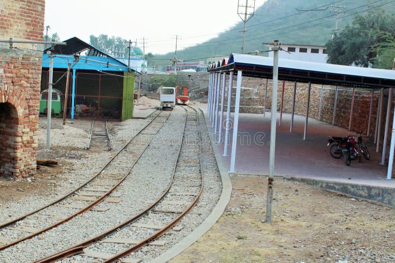 Järnvägsspår som går inom den salta minen av khewaraen royaltyfria foton