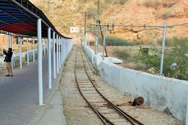 Järnvägsspår som går inom den salta minen av khewaraen arkivfoto