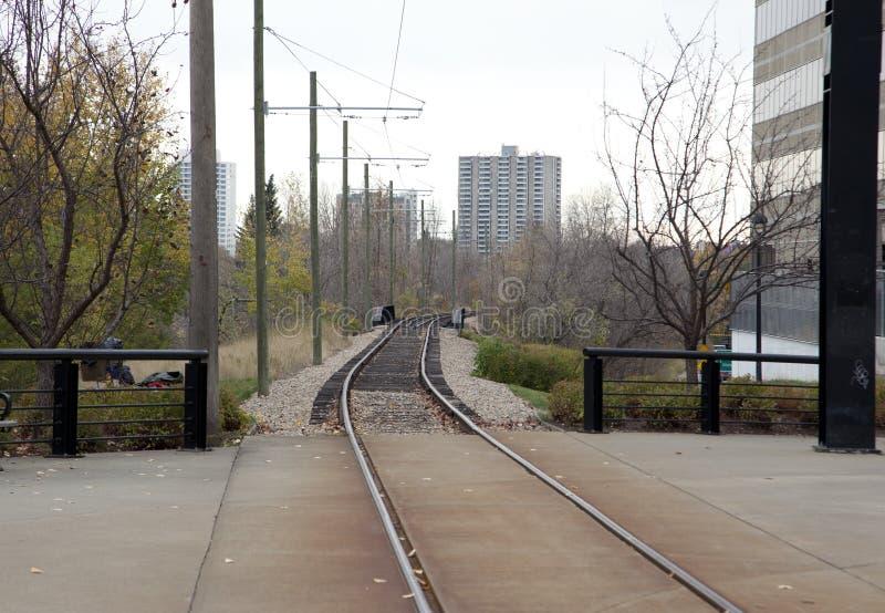 Järnvägsspår som i city heading royaltyfri bild