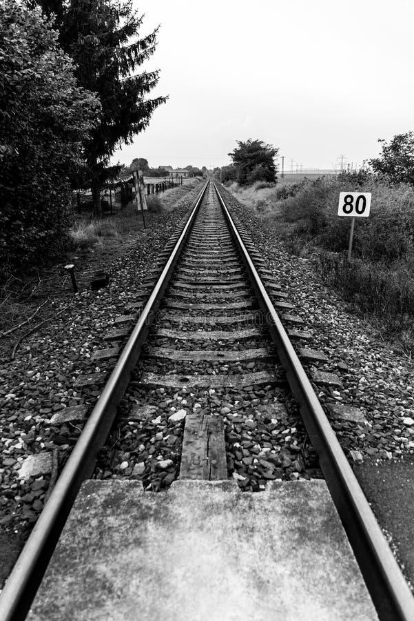 Järnvägsspår som leder in i avstånd royaltyfri foto
