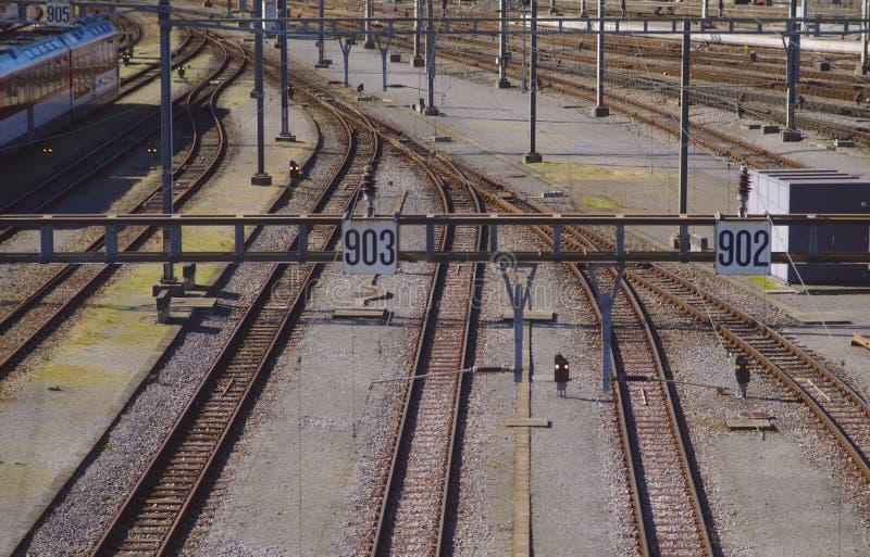 Järnvägsspår som leder till den huvudsakliga stationen royaltyfria bilder