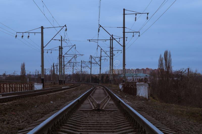 Järnvägsspår vänder till vänstersidan arkivfoton