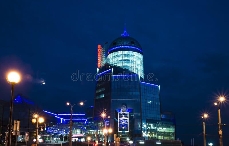 Järnvägsstation av blått exponeringsglas på natten i Samara Russia arkivbilder