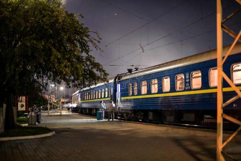 Järnvägsstation i aftonen Lviv arkivfoto