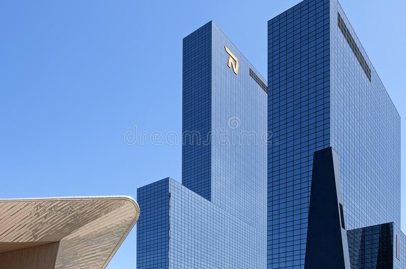 Järnvägsstation och skyskrapor i Rotterdam arkivbilder