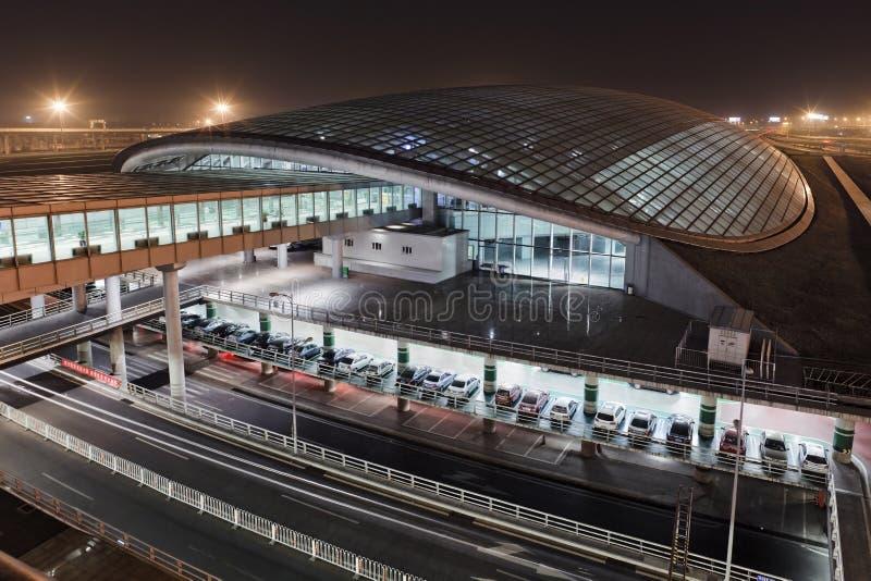 Järnvägsstation på Pekinghuvudflygplatsterminal 3 på natten royaltyfri bild
