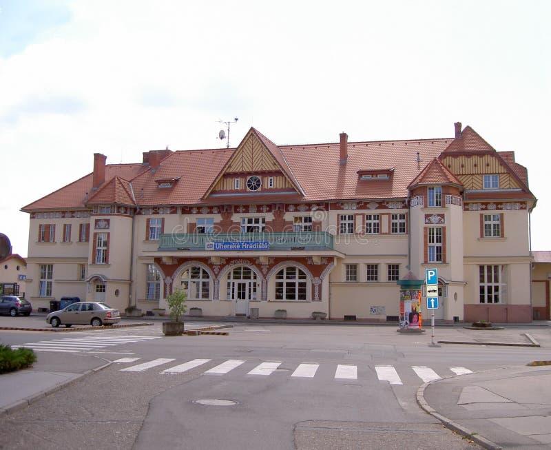 Järnvägsstationbyggnad på en solig dag, Uherske Hradiste, Tjeckien royaltyfria bilder