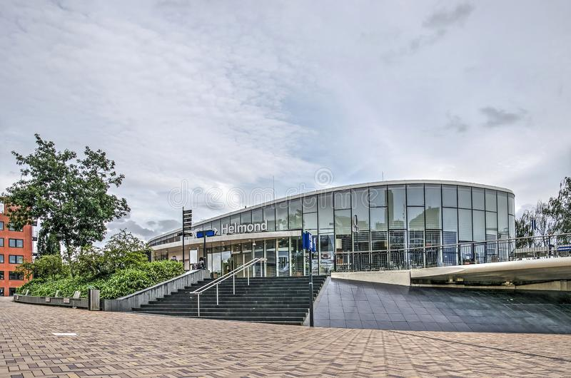 Järnvägsstationen Helmond och bron royaltyfria bilder