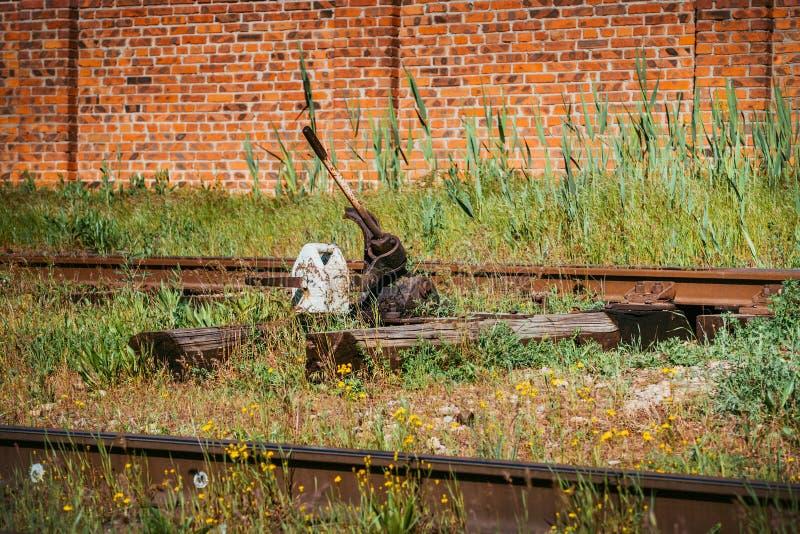 Järnvägströmbrytare, deltagande Järnvägströmbrytare av den gamla drevstationen arkivfoton