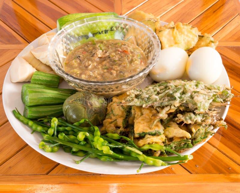 Jäst kryddigt dopp för fisk med kokta ägg och grönsaker royaltyfria bilder
