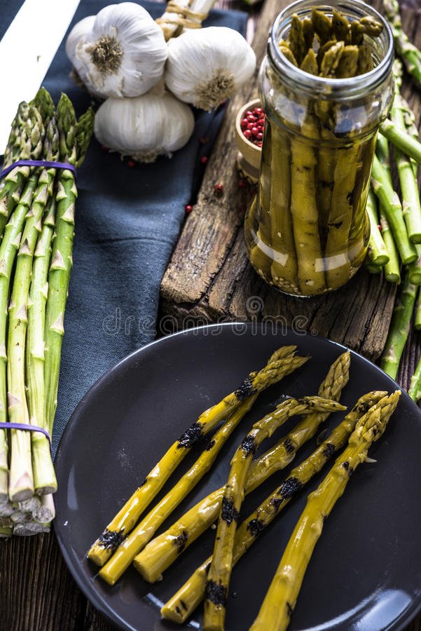 Jäst och grillad ny sparris, bevarad mat royaltyfri foto