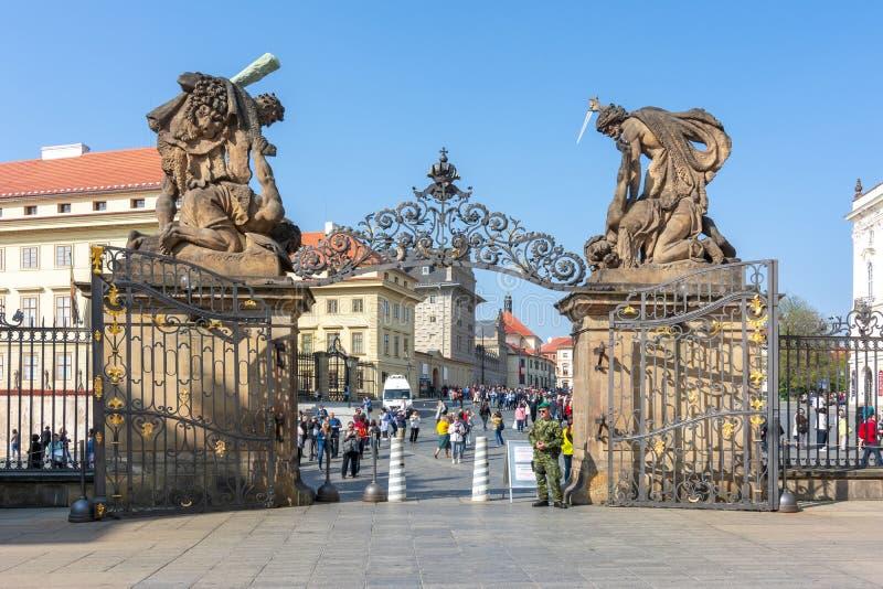 Jättar port, Tjeckien för stridighet för ingång för Prague slott royaltyfri foto