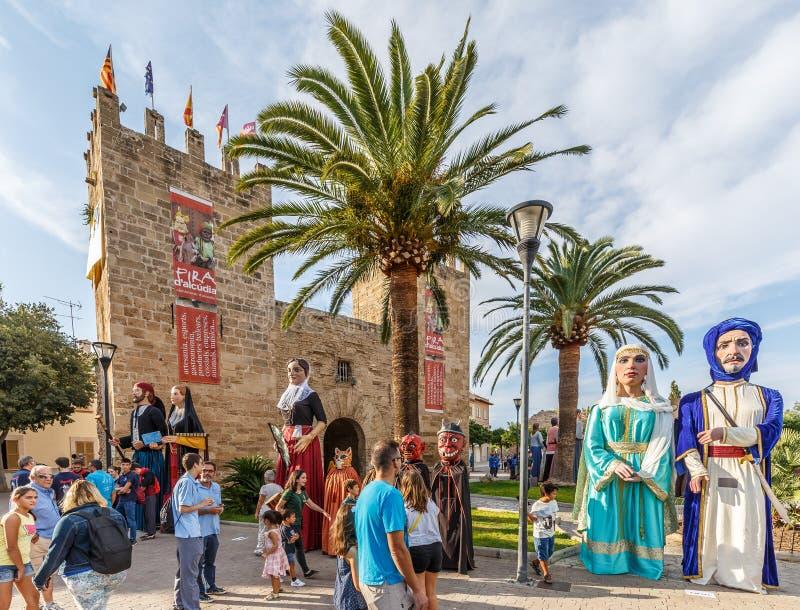 Jättar ståtar på Fira D ` Alcudia arkivbilder
