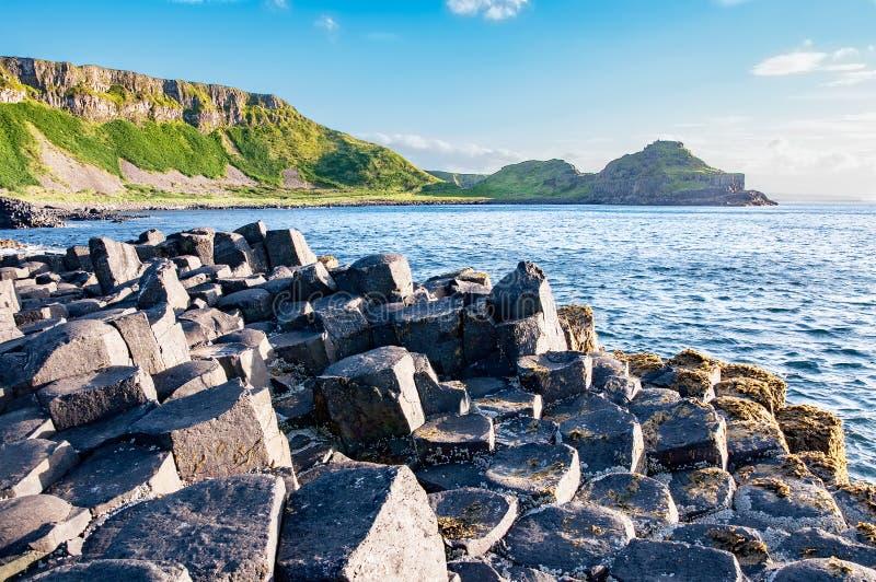 Jättar vägbank och klippor i nordligt - Irland royaltyfri foto
