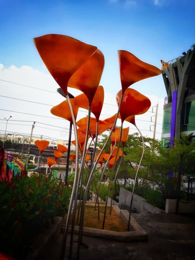 Jätte- blommaskulptur royaltyfria foton