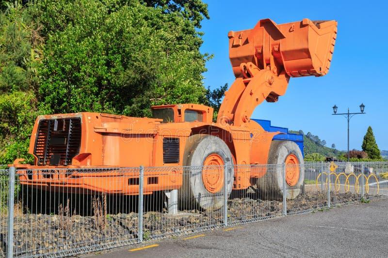 Jätte- bryta grävskopamaskin på skärm fotografering för bildbyråer